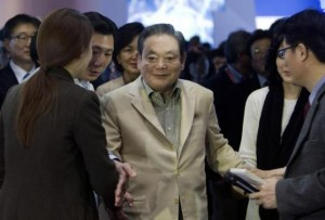 Samsung Electronics Chairman Lee meets with reporters after touring the Samsung booth at the CES in Las Vegas