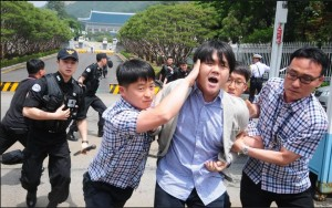 Capture WSJ Studentd approached to Blue house as protest